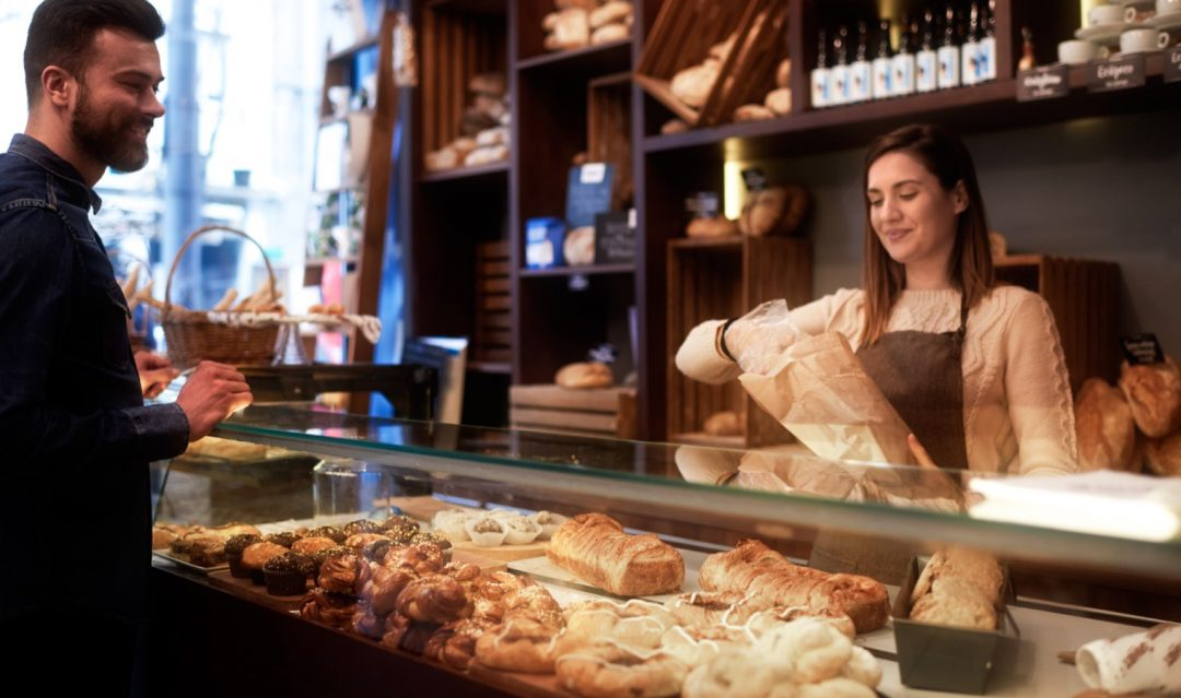 Man som väljer bröd från bageri