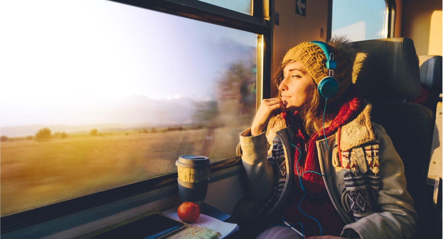 Kvinna som kollar ut ur tågfönster